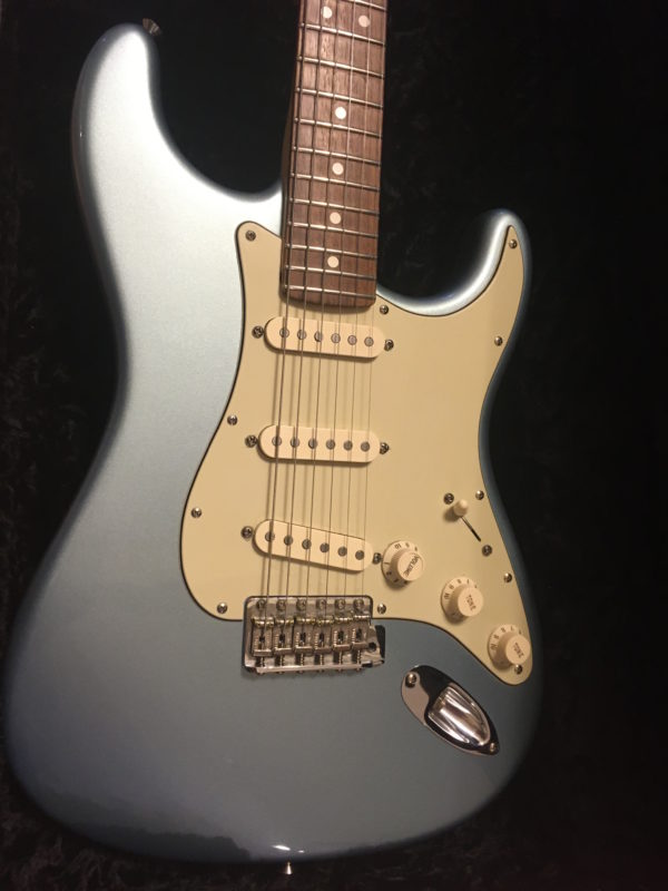 IMG 2801 600x800 - Fender Deluxe American Vintage '62 Stratocaster Ice Blue Metallic Matching Headstck