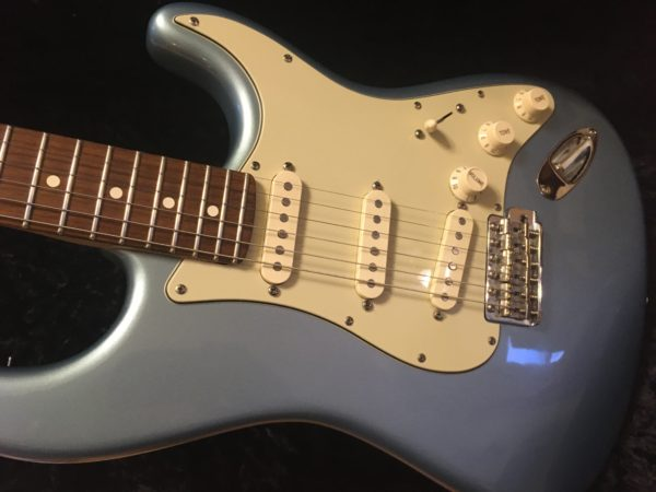 IMG 2802 600x450 - Fender Deluxe American Vintage '62 Stratocaster Ice Blue Metallic Matching Headstck